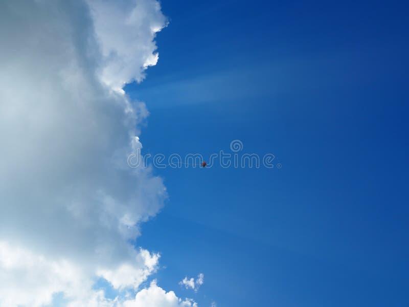 Kleurrijke vlieger op de blauwe hemelachtergrond stock fotografie