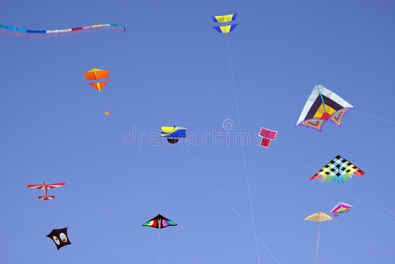 Kleurrijke vliegers in hemel royalty-vrije stock foto's