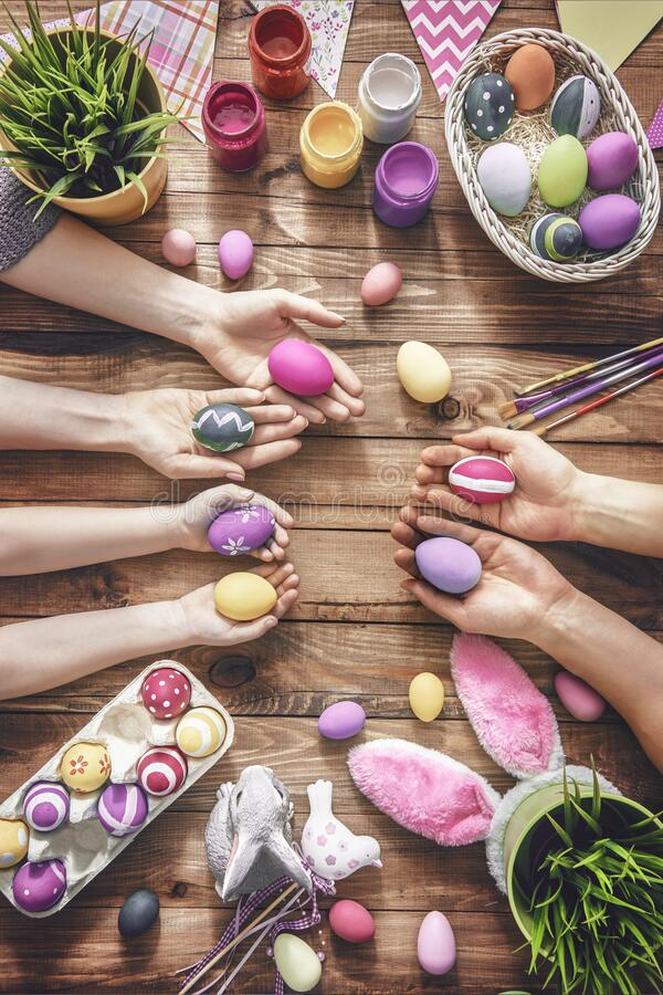Kleurrijke voorbereidingen voor de viering van Pasen royalty-vrije stock afbeeldingen