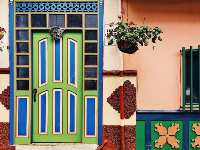 Kleurrijke voorzijden in Guatapé stock afbeelding
