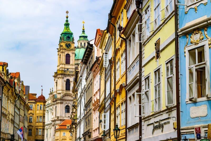 Kleurrijke voorzijden van huizen in Praag, met de open vensters stock foto's