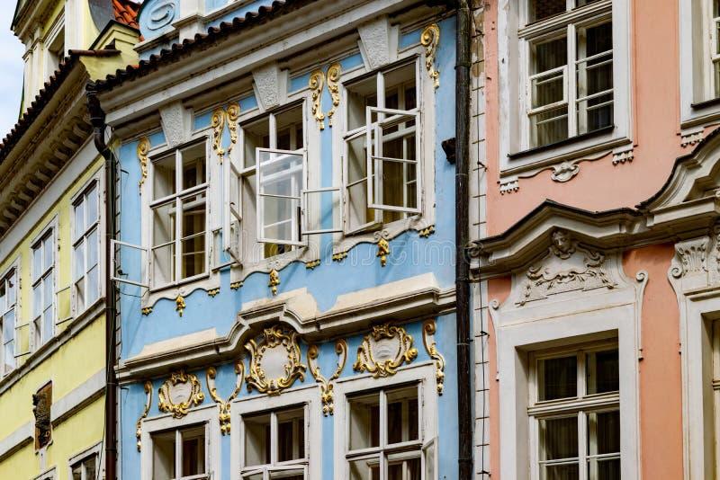Kleurrijke voorzijden van huizen in Praag, met de open vensters royalty-vrije stock foto