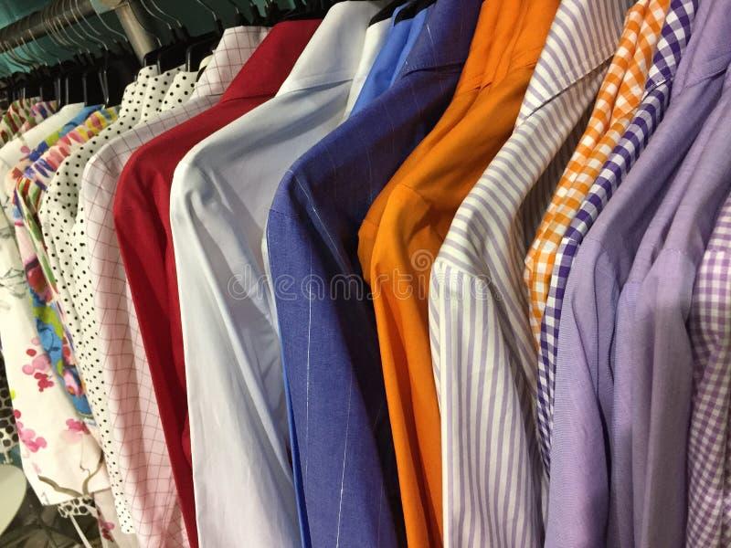 Kleurrijke vrouwelijke overhemden voor verkoop bij manierkleermakerijen royalty-vrije stock afbeeldingen