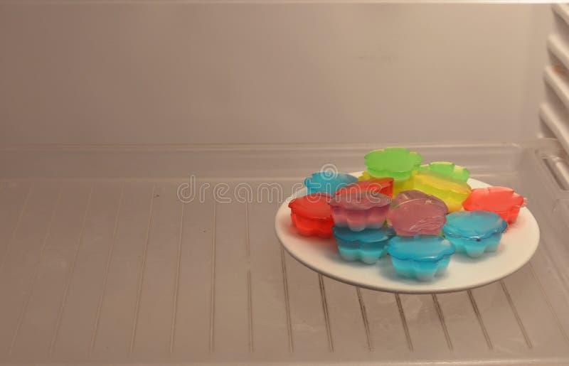 Kleurrijke vruchten gelei in ijskast stock fotografie