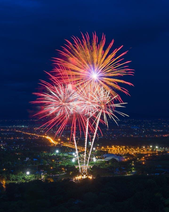 Kleurrijke vuurwerkvertoning in Chiangmai royalty-vrije stock afbeeldingen