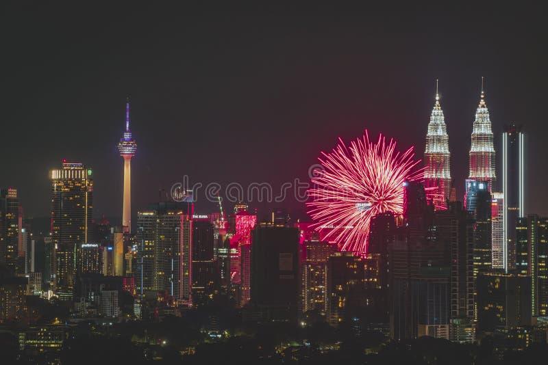 Kleurrijke Vuurwerkvonk tijdens nieuw jaar bij de Tweelingtoren KLCC van Petronas stock afbeeldingen