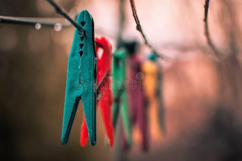 Kleurrijke wasknijpers op de kabel royalty-vrije stock fotografie
