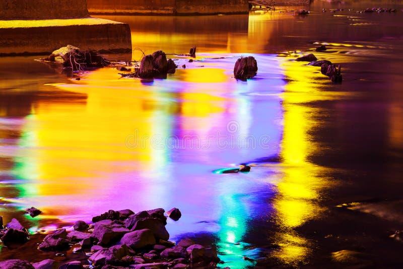 Kleurrijke waterbezinning royalty-vrije stock foto