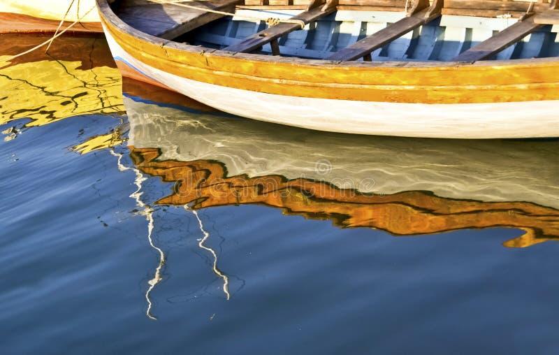 Kleurrijke waterbezinningen van een vissersboot - Egeïsche overzees Griekenland stock afbeelding