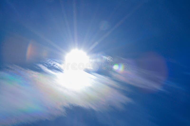 Kleurrijke wolken en blauwe hemel op zonnige dag stock afbeeldingen