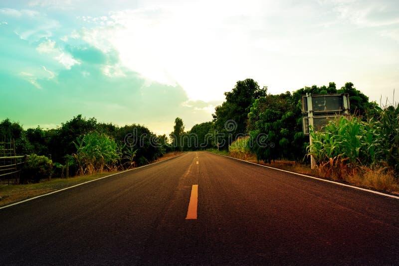 Kleurrijke wolkenhemel en weg - uitstekende stijl stock foto