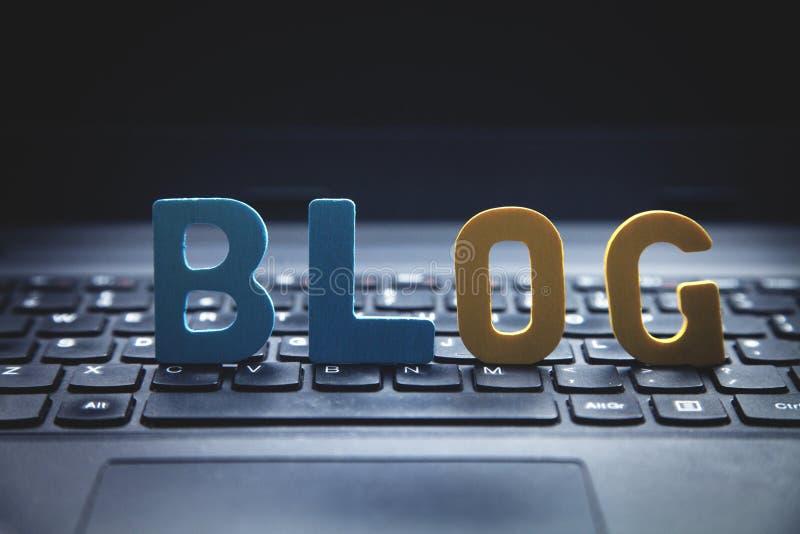 Kleurrijke woordblog op laptop toetsenbord royalty-vrije stock afbeelding