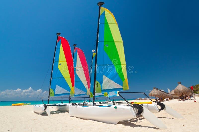Kleurrijke zeilcatamarans stock foto