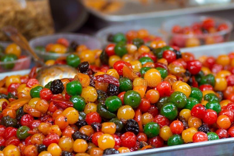 Kleurrijke zoete vruchten voor verkoop op een marktkraam van het straatvoedsel stock foto