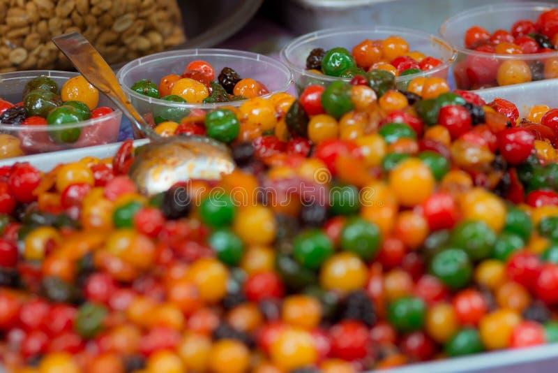Kleurrijke zoete vruchten voor verkoop op een marktkraam van het straatvoedsel royalty-vrije stock afbeelding