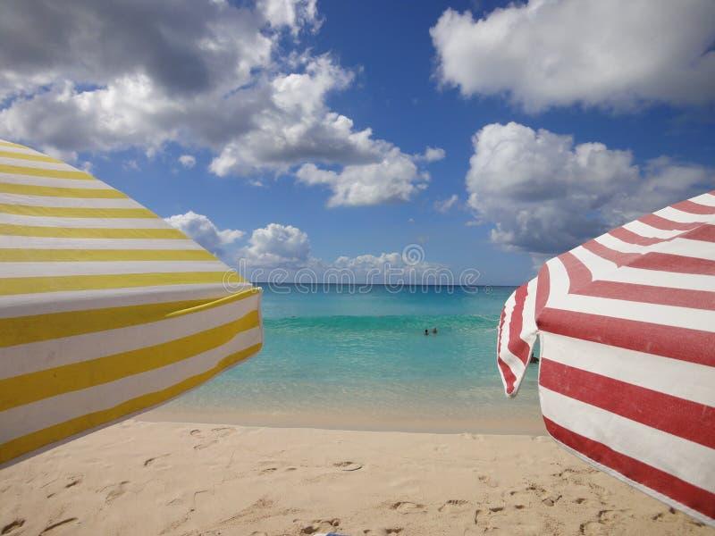 Kleurrijke zonparaplu's op het strand royalty-vrije stock afbeelding