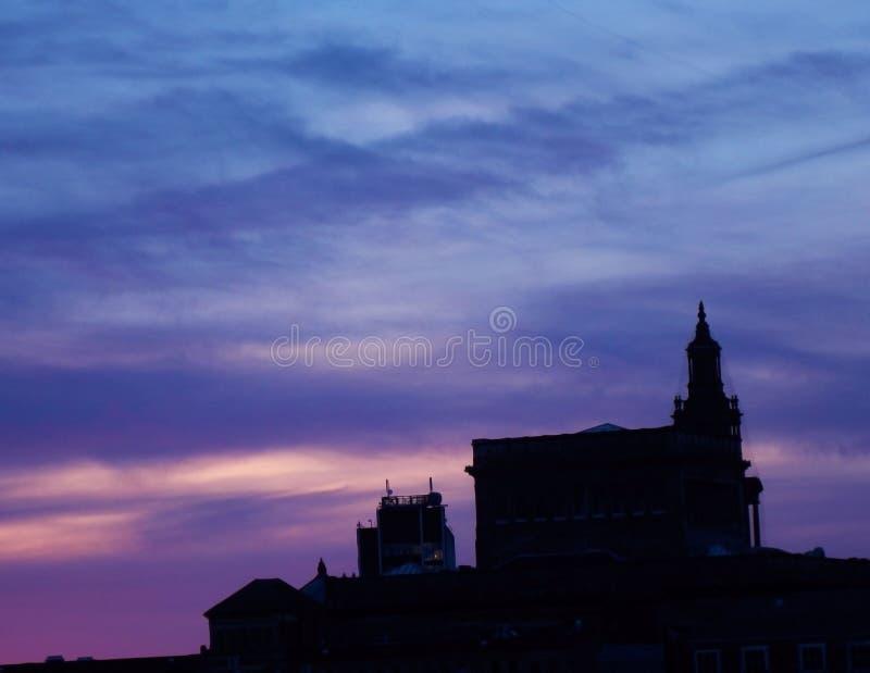 Kleurrijke zonsondergang achter de kerk stock foto