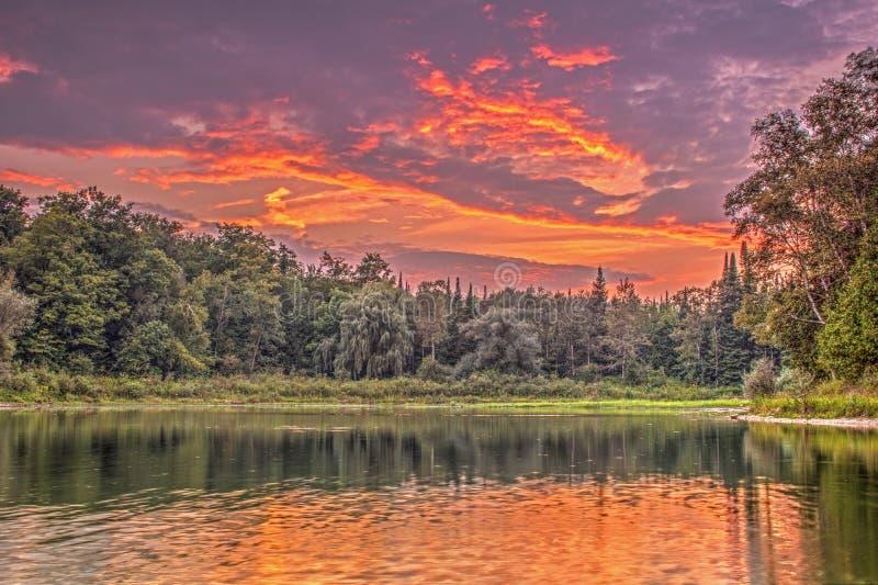 Kleurrijke Zonsondergang bij Monora-Park met Hoge Magische Wolk royalty-vrije stock foto's