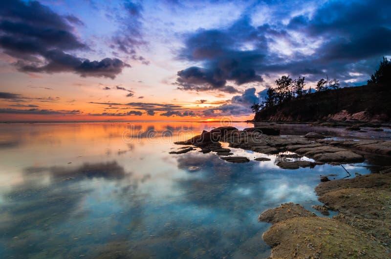 Kleurrijke zonsondergang bij uiteinden van Borneo royalty-vrije stock afbeeldingen