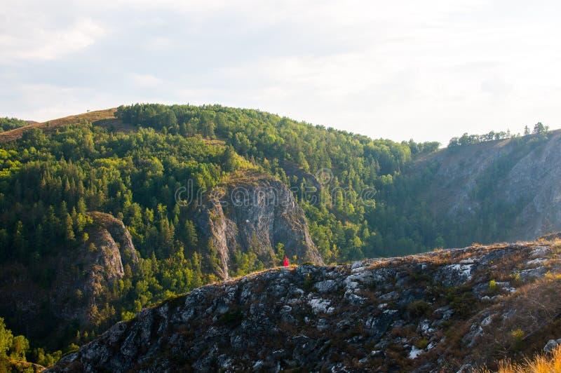 Kleurrijke zonsondergang in de mooie bergen van Bashkortostan royalty-vrije stock fotografie