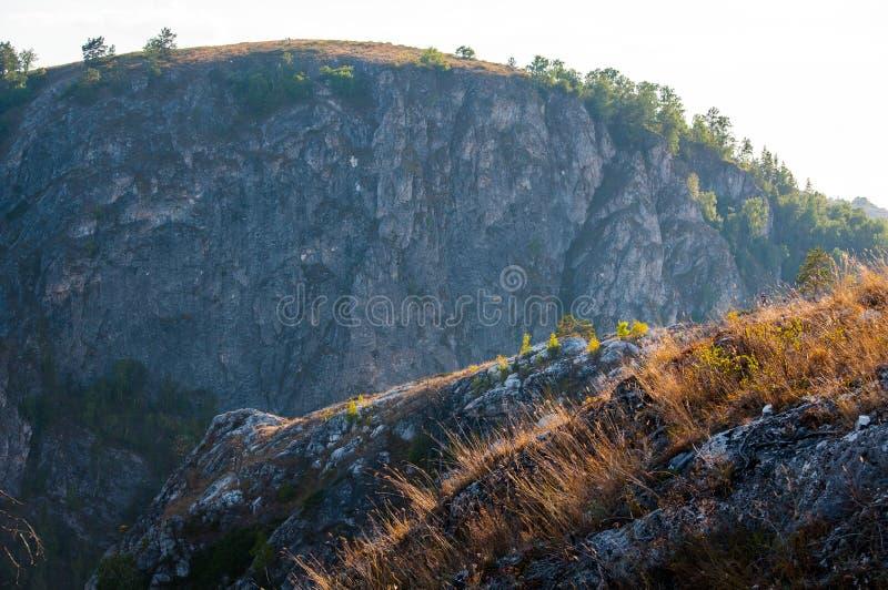 Kleurrijke zonsondergang in de mooie bergen van Bashkortostan stock afbeelding