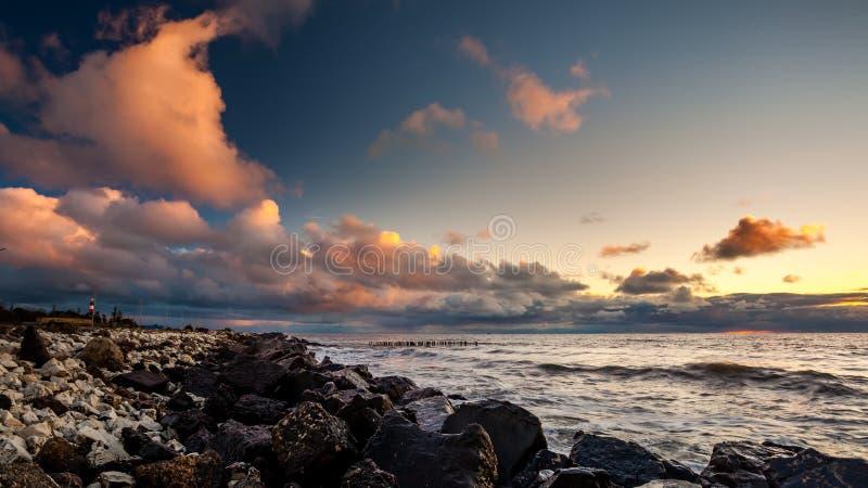 Kleurrijke zonsondergang in de Zwarte Zee, Poti, Georgië royalty-vrije stock fotografie