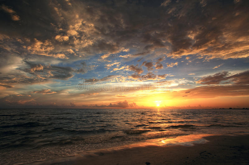 Kleurrijke zonsondergang door de oceaan royalty-vrije stock afbeeldingen