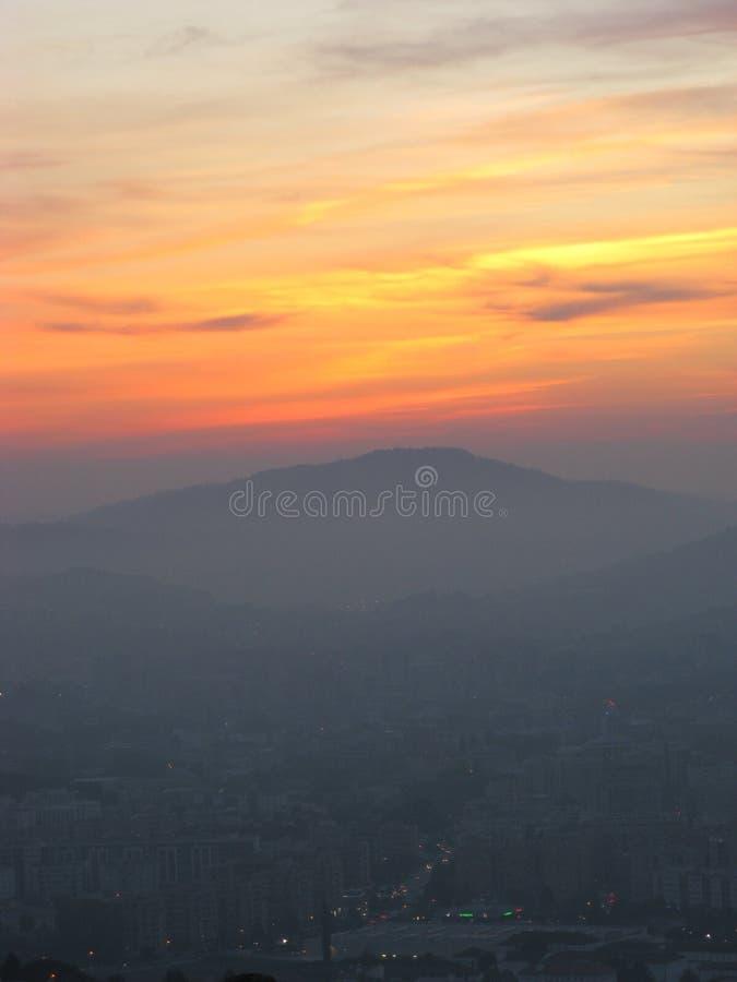 Kleurrijke zonsondergang en stad in dark, BRAGA, PORTUGAL stock foto's