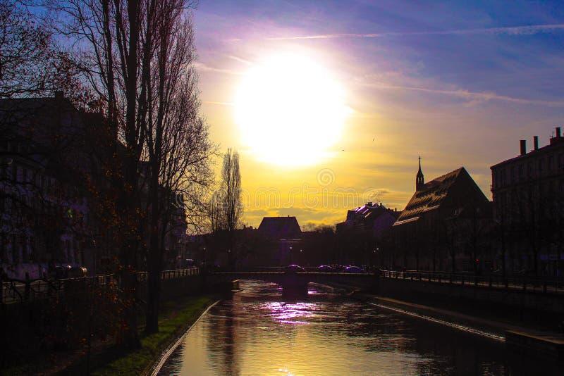 Kleurrijke zonsondergang in Frankrijk stock afbeelding