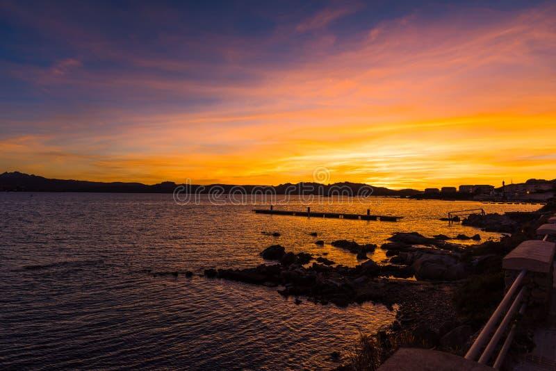 Kleurrijke zonsondergang in La Maddalena stock afbeelding