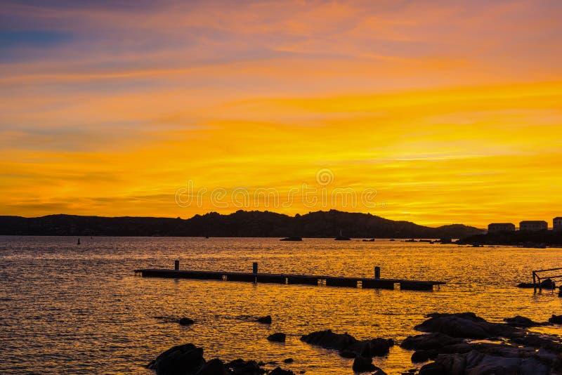 Kleurrijke zonsondergang in La Maddalena stock fotografie
