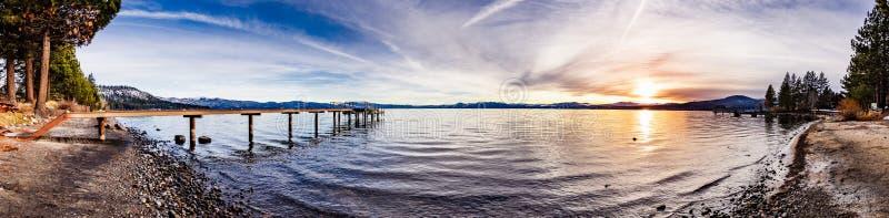 Kleurrijke zonsondergang op de het noordenkust van Meer Tahoe, Californië royalty-vrije stock fotografie