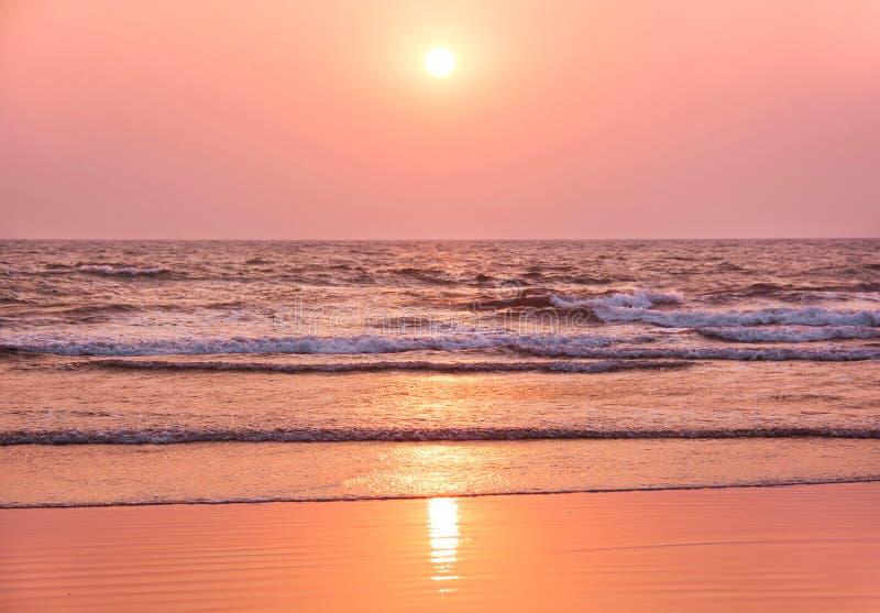 Kleurrijke zonsondergang op het strand goa stock afbeelding