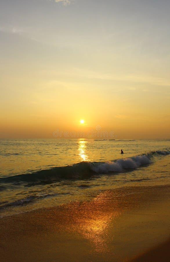 Kleurrijke zonsondergang op het strand Koggala, Ceylon stock fotografie