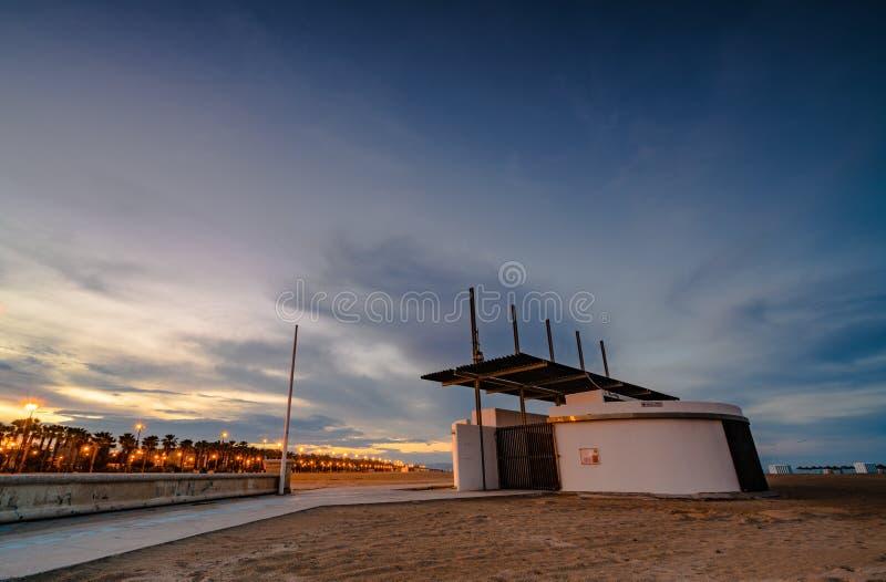 Kleurrijke zonsondergang op het strand van Malvarrosa Valencia, Spanje stock afbeelding