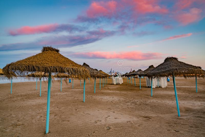 Kleurrijke zonsondergang op het strand van Malvarrosa Valencia, Spanje royalty-vrije stock afbeelding
