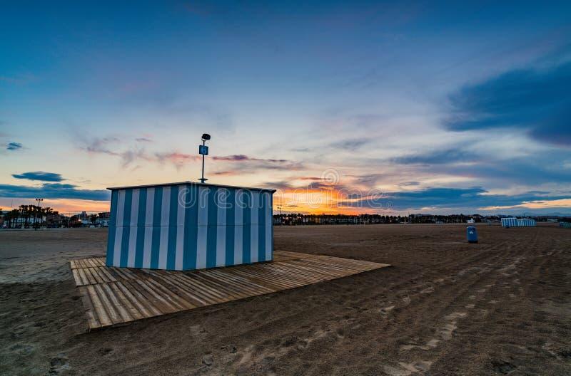 Kleurrijke zonsondergang op het strand van Malvarrosa Valencia, Spanje royalty-vrije stock foto