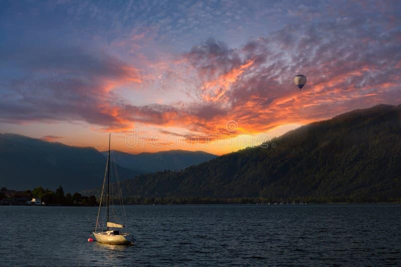 Kleurrijke zonsondergang op Meer stock afbeelding