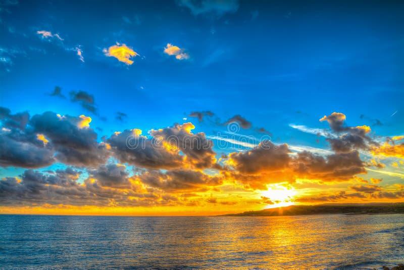 Download Kleurrijke Zonsondergang Over Het Overzees In Sardinige Stock Afbeelding - Afbeelding bestaande uit italië, sinaasappel: 54077859