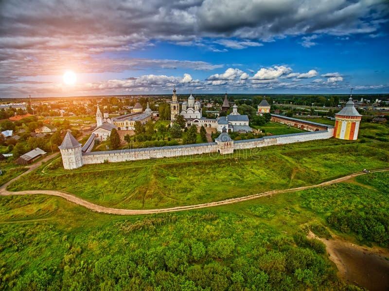 Kleurrijke zonsondergang over klooster spaso-Prilutsky in Vologda-Gebied royalty-vrije stock fotografie