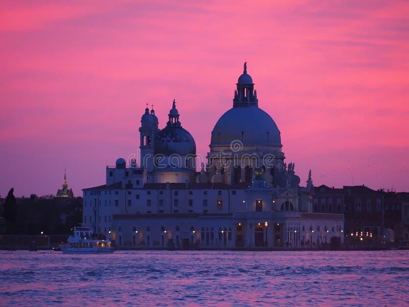 Kleurrijke zonsondergang over Maria della Salute in Veneti? in Itali? stock foto