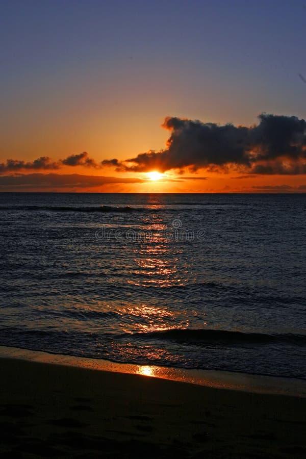 Kleurrijke zonsondergang over strand stock foto's