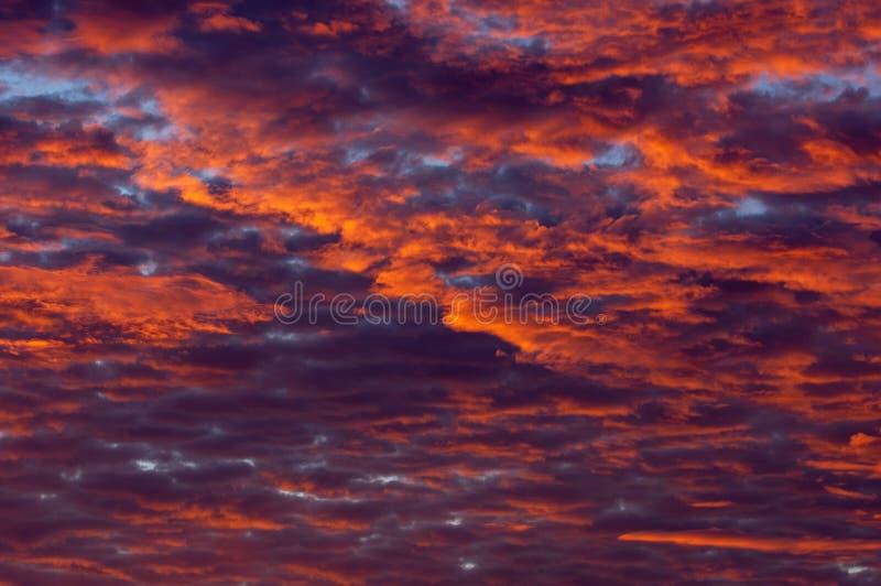 Kleurrijke zonsondergangwolken stock afbeeldingen