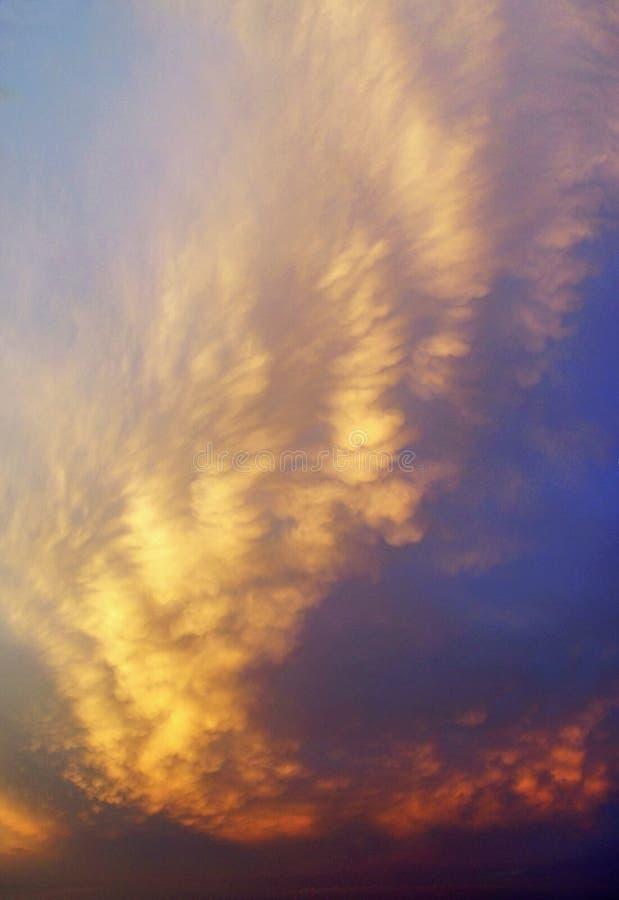 Kleurrijke zonsondergangwolken royalty-vrije stock afbeelding