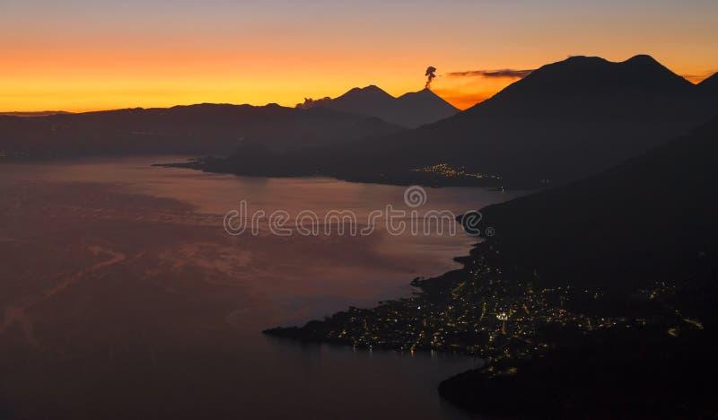 Kleurrijke zonsopgang bij Meer Atitlan, Guatemala royalty-vrije stock afbeelding