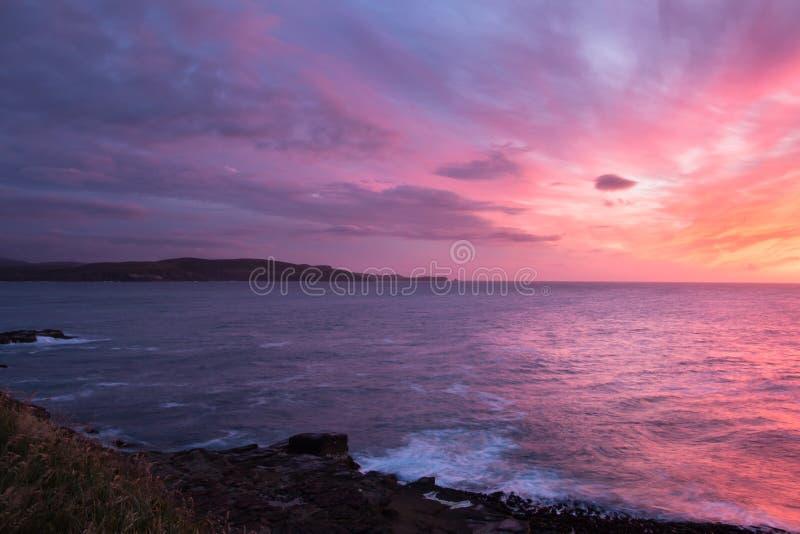 Kleurrijke zonsopgang bij oceaankust royalty-vrije stock afbeelding