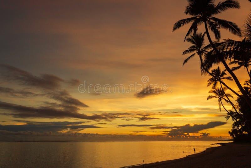 Kleurrijke zonsopgang op het Tambua-Zandstrand op het Eiland van Fiji, Fiji royalty-vrije stock foto