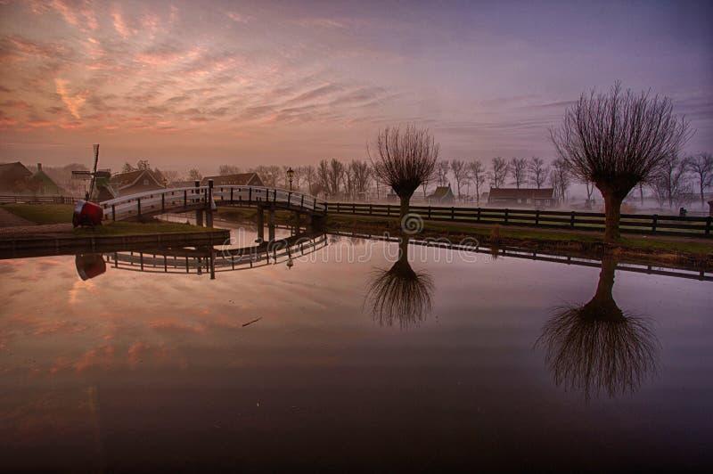 Kleurrijke Zonsopgang in Zaanse Schans, Zaandam stock foto
