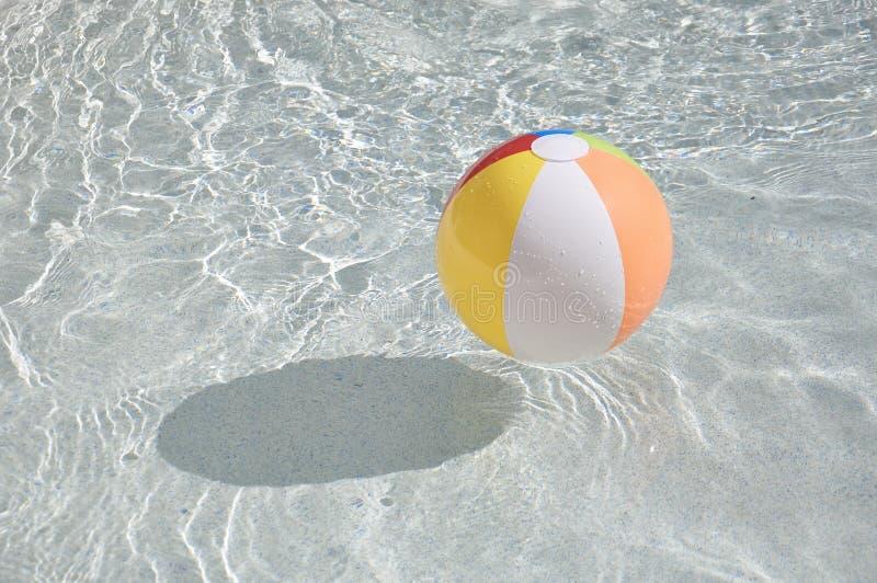 Kleurrijke zwembadbal stock afbeelding