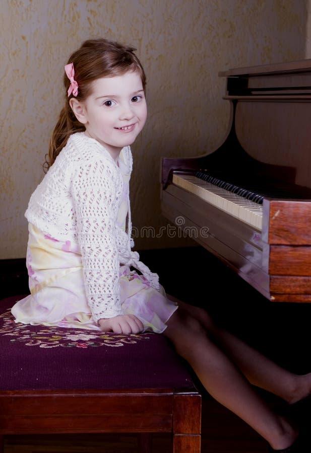 Kleuter bij piano stock foto